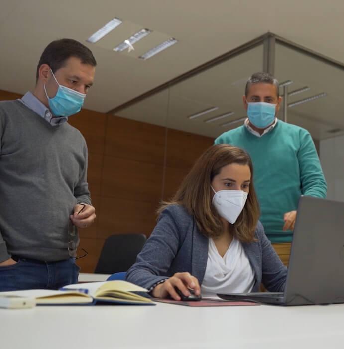 Colaboradores da TLCI em reunião