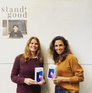 Colaboradores da Stand4good a receber smartphones