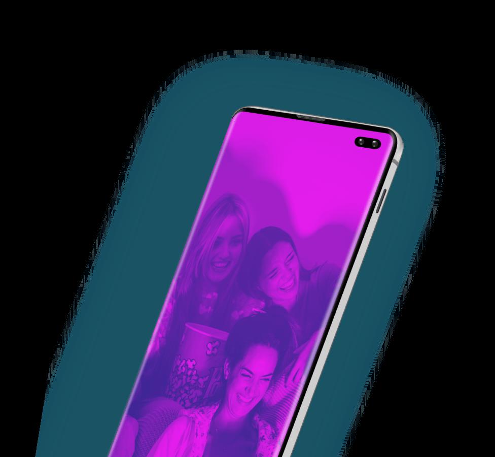 Ecrã de smartphone com foto de grupo de amigas