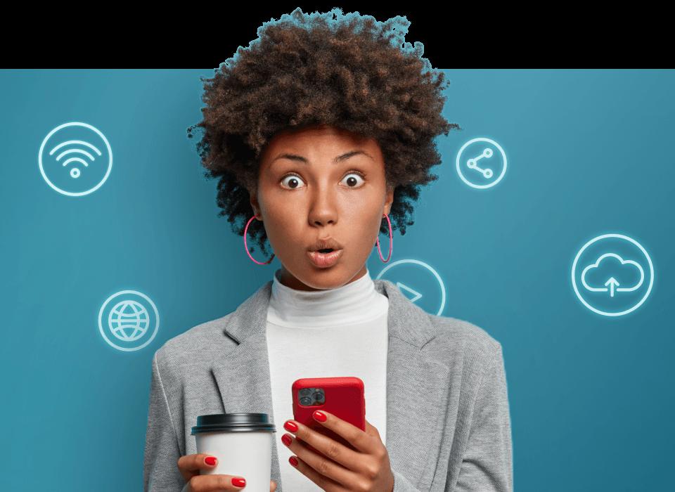 Mulher com telemóvel e café na mão