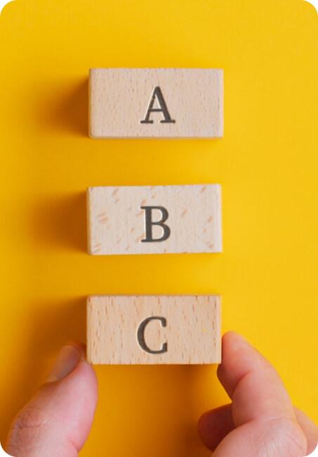 Cubos de madeira com letras A, B e C