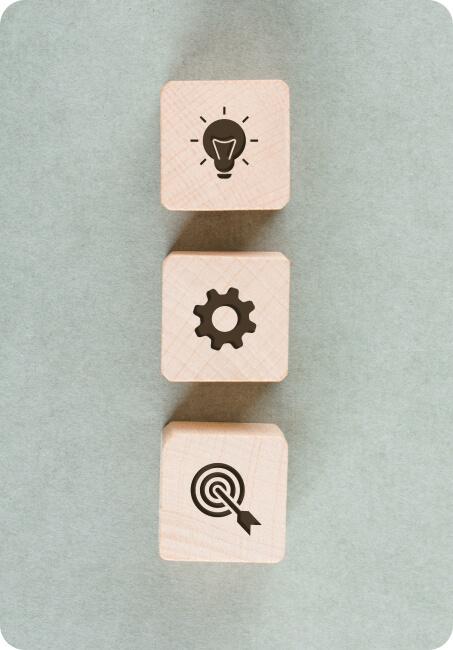 Cubos de madeira com ícones empresariais